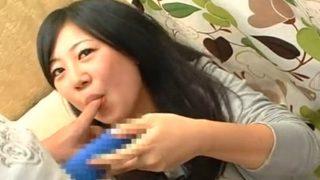 素人娘・恥ずかしながら指フェラしての手コキで発射をお手伝いです