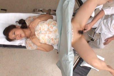 〖産婦人科医痴漢〗性器の検診で人妻のおま●こに指入れ!「次に男性器に似た形の梁型を入れますね」まぁ本物のチ○ポなんですが…。