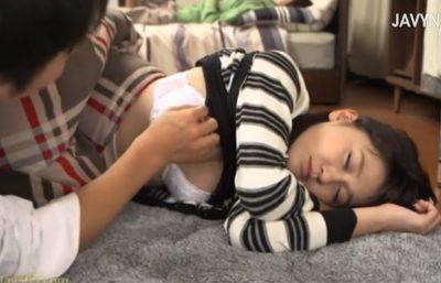 コタツで居眠りした兄貴の彼女!無防備な寝姿に手を伸ばしたらマ●コは湿ってる…コタツの中でばれないようチ○ポ生ハメSEXさせてもらった!