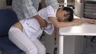 夜勤中に居眠りしたナースを夜這い!欲情した入院患者に白衣を脱がされこっそり体をさわられた若い看護師さん!