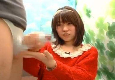 手コキをお願いした赤い服の女子大生!不安げな顔で勃起チ○チン握って手コキで射精するまでシコってくれました♡
