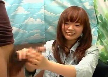 赤面手コキ研究所 センズリ鑑賞するうぶな女子大生がふとももチラ見せで手コキしてあげる♡ザーメン発射!