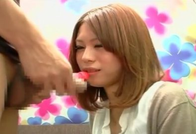 CFNMトリックプレイ!飴をいやらしい舌使いで舐める美人おねえさん遠近法で本物チ○ポを咥えてるように撮られる!!