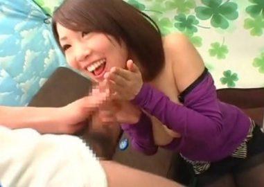 素人娘にチ○ポ飴!素人お姉さんが巨乳をムニュっとされながらフェラしてたらお口の中へ大量ザーメン飛ばされちゃう♥
